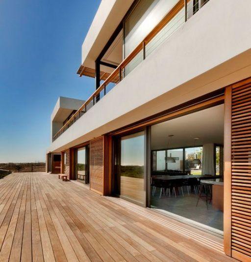 terrasse en bois dans le prolongement de la maison design avec