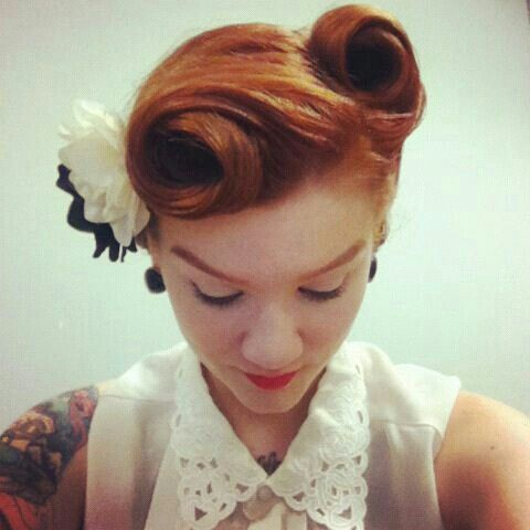 Coiffure pin up fleur