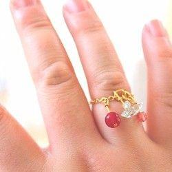カラーアゲート(赤メノウ)6㎜の宝石質と、天然石のアクアマリン2つ、あと飾りでチェコガラスのビーズが付いています。大きさはフリーサイズのチェーンリングなのですが、細めの人差し指、心配な人は小指用ぐらいの大きさ。コレクションにどうぞ。ピンキーリングにも。色がかわいいです。*5枚目の写真は最近作ったプチジュエリー達のイメージ画です。その中の一つがこのチェーンリングになっています。1デザインごとに、10点位作って頑張りたいので、こちらの利益については心配にはいたらない、だから安いのです*そのように取引よろしくお願いいたします☆彡Cランチ価格***