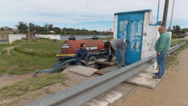 ARREGLARON POZO DE BOMBEO DE CLOACAS EN QUEQUEN      Arreglaron pozo de bombeo de cloacas en QuequénAl modificar la bomba la Municipalidad dio pronta respuesta a los vecinos que expresaron su inquietud por la contaminación al río y los malos olores en la zona de la ermita de la virgen sobre calle 519. Mediante las gestiones del intendente Facundo López la Municipalidad de Necochea ofreció pronta respuesta a la comunidad de Quequén precisamente sobre la avenida 519 a la altura de la ermita de…
