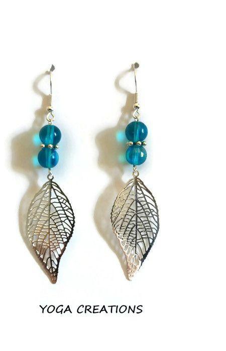 """Boucles d'oreilles en perle de verre bleues et breloque """"feuille"""" argentée : Boucles d'oreille par yogacreations"""