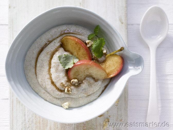 Vanille-Grießbrei - smarter - mit gedünsteten Äpfeln und Nüssen. Kalorien: 479 Kcal | Zeit: 20 min. #breakfast