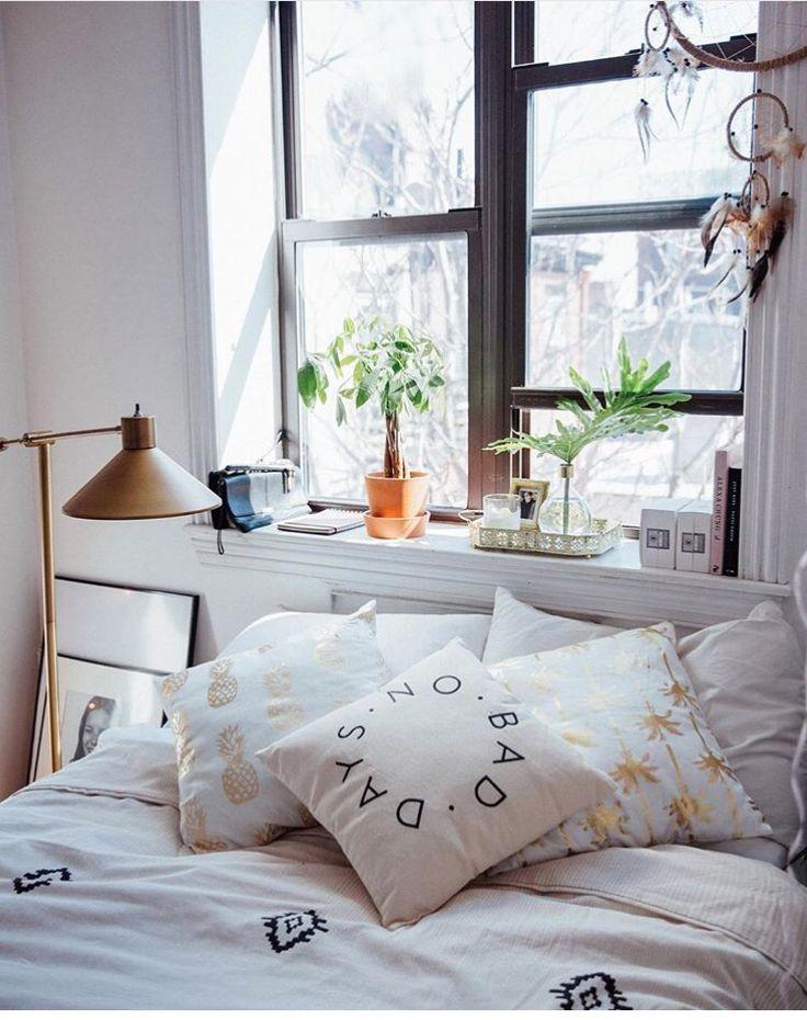 Une chambre cocooning et son rebord de fenêtre en guise détagère · deco litla