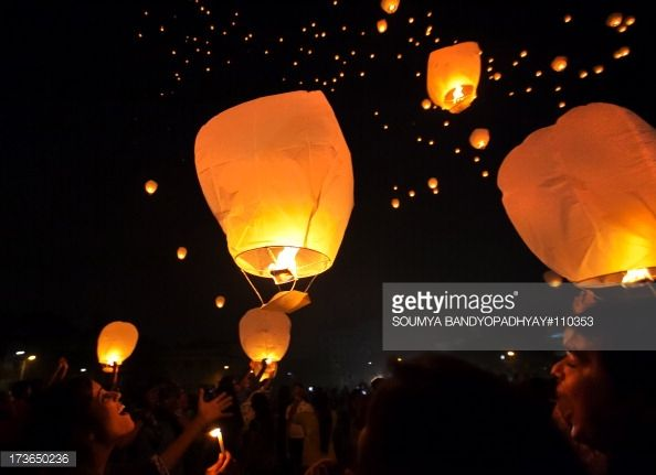 News Photo : CONTENT] young people fly sky lanterns on the eve...