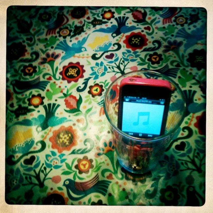 iPhone/iPod in groot glas + muziek aan = minispeakersysteem @Flow Magazine
