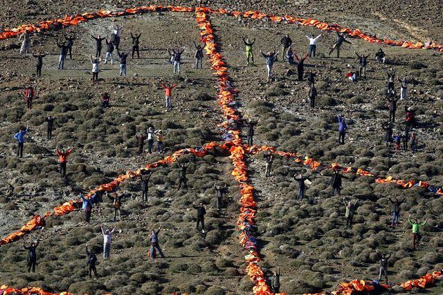 vorini-gr: Εφτιαξαν το σήμα της ειρήνης με σωσίβια στη Λέσβο
