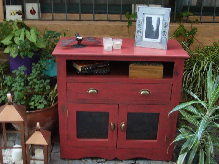 Mesa de TV patinada en color rojo.
