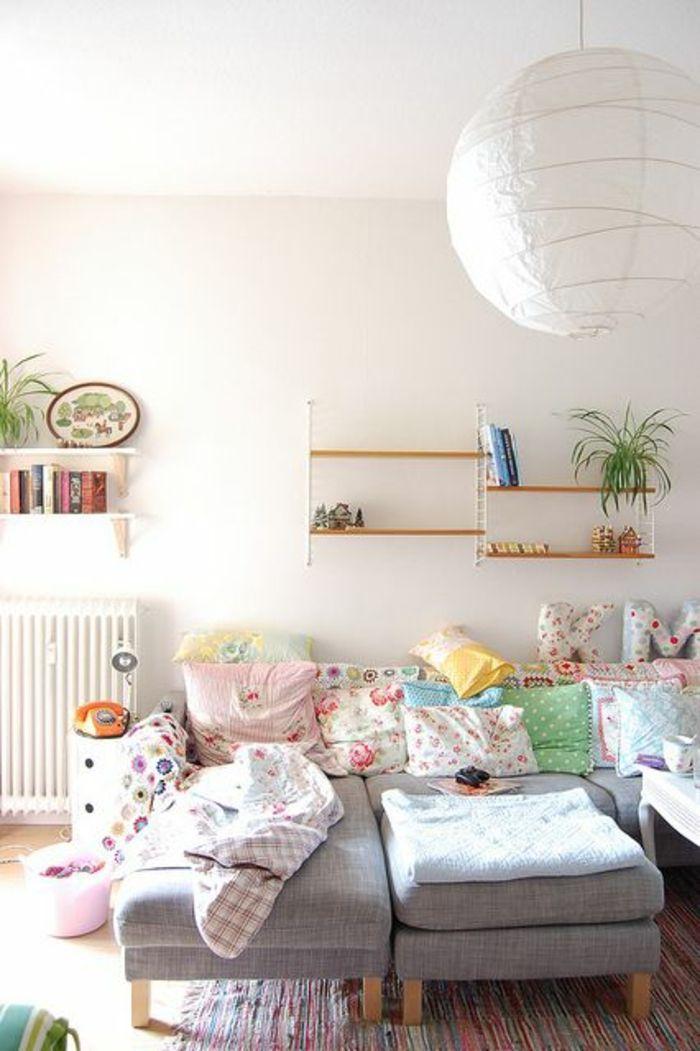 salon, ambiance cocooning, lustre blanc, mur rose, plafond blanc, lustre en tissu blanc, étagère