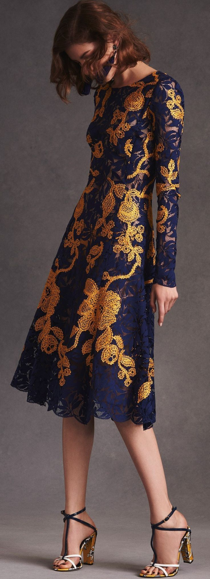 I want this, Oscar de la Renta Resort 2016 dress. The pattern is very Renaissance-inspired, with 21st century updating.
