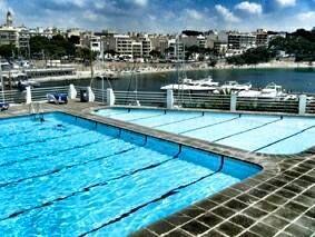 Club Nàutic De Porto Cristo En verano también puedes practicar natación en un enclave privilegiado. Disfruta de la piscina Esquitxos en el club náutico de Porto Cristo.  Consulta nuestros horarios sin compromiso en el 971559155