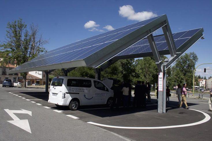 Entra en funcionamiento la primera electrolinera sostenible de España.  Esta estación de recarga rápida solar es capaz de recargar seis vehículos eléctricos en una hora.