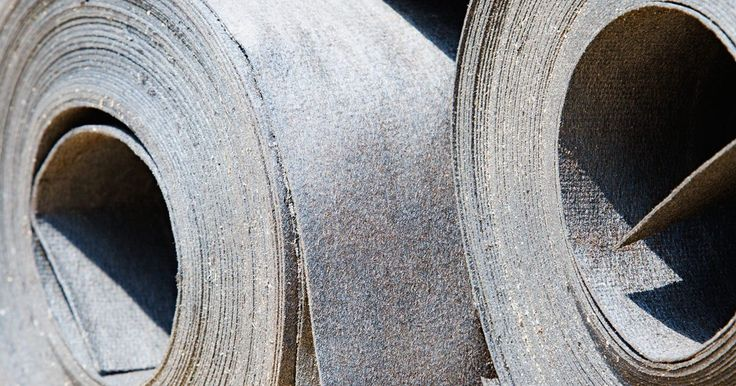 Cómo instalar el techo en rollo sobre un techo existente. El techo en rollo es un material a base de asfalto que se vende en rollos. El material es de 36 pulgadas (91,44 cm) de ancho y hasta 90 pies (27,43 m) de largo. Las ventajas del techo en rollo son que es menos costoso que las tejas de asfalto y que son más fáciles de instalar. Sin embargo, debido a que el techo en rollo no es tan duradero como las ...
