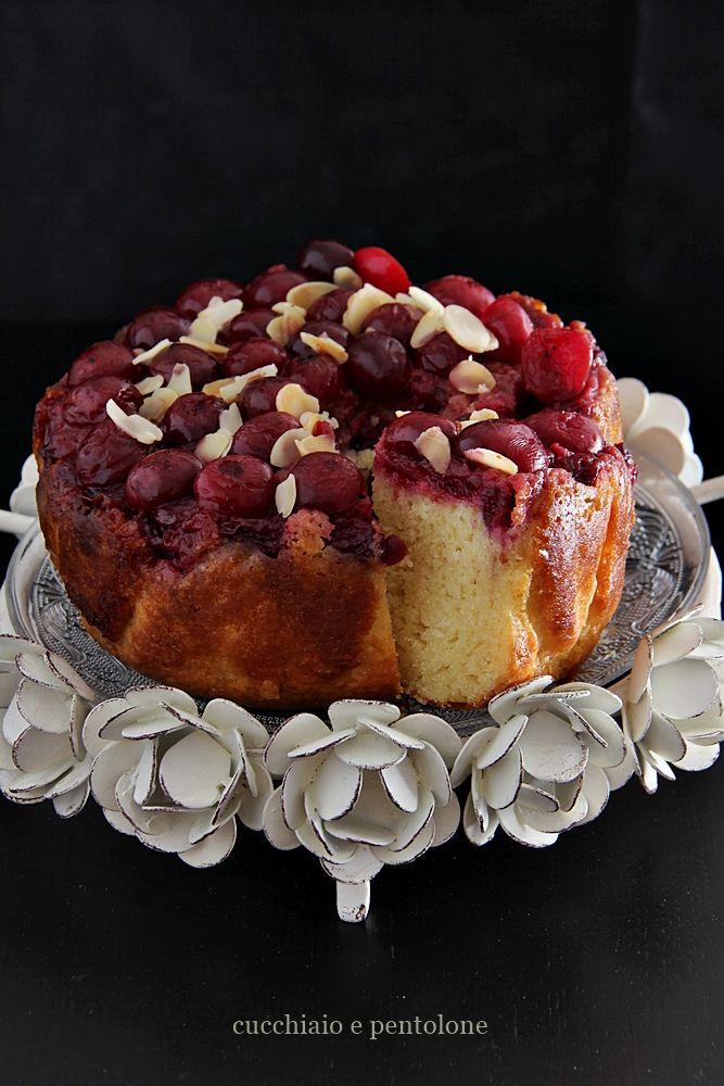 Torta rovesciata alla panna acida e ciliegie