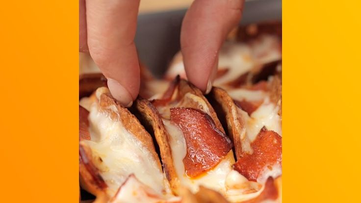 Clever way to make your own mini taco shells - Mini Pizza Tacos