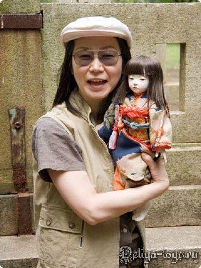 Ichimatsu (市 松 人形) - традиционные японские куклы, которые изображают маленьких мальчиков и девочек, одетых в кимоно. Они имеют стеклянные глаза и телесного цвета лица.