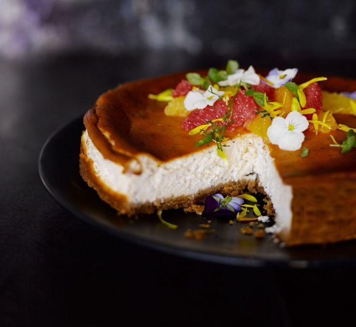 Kun kaipaat vaihtelua perinteiselle rahkapiirakalle tai juustokakulle, leivo raikas jogurttitorttu. Sitruunankuorella maustettu herkku on ihanan...
