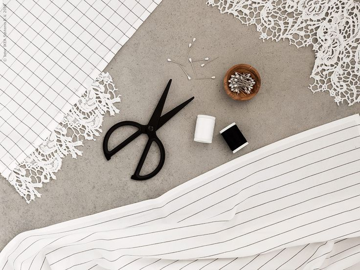 De saker vi använt till detta pyssel är IKEA 365+ kökshanddukar, FULLFÖLJA sax och SY sytråd. Den vackra spetsen fick vi genom att klippa sönder ett par spetsshorts.