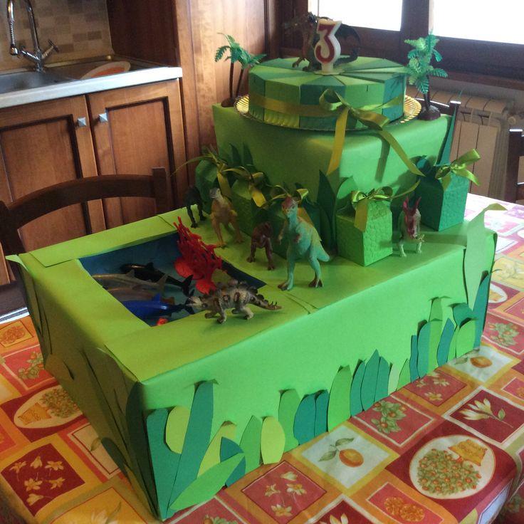 Torta compleanno tema dinosauro! Fette di torta fatte a mano con milk box!  By Mintaka's