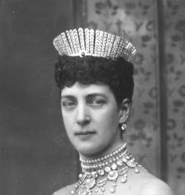 """La Príncesa de Gales Alejandra, futura Reina del Reino Unido llevando la Tiara Rusa. Alejandra había expresado su deseo de poseer una tiara de estilo ruso o """"fringe"""", pues su hermana, la Zarina María Feodorovna ya tenía una de ese estilo. Alejandra la llevaba muy suelta."""