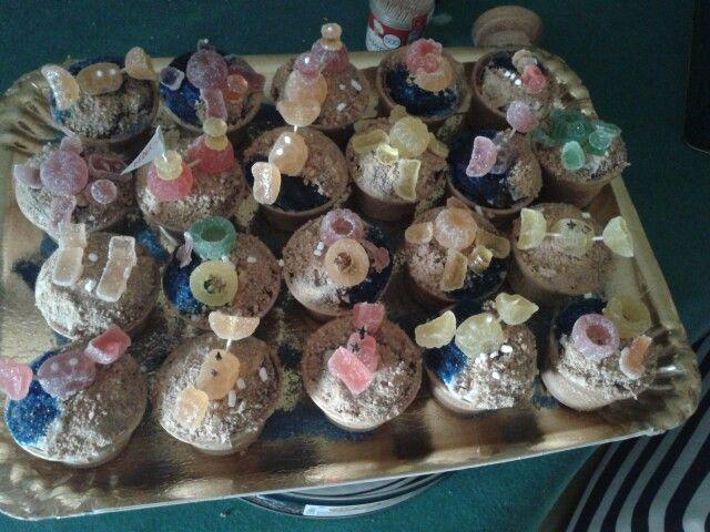 Muffin in coppette di gelato con caramelle gommose modellate. Tema il mare.