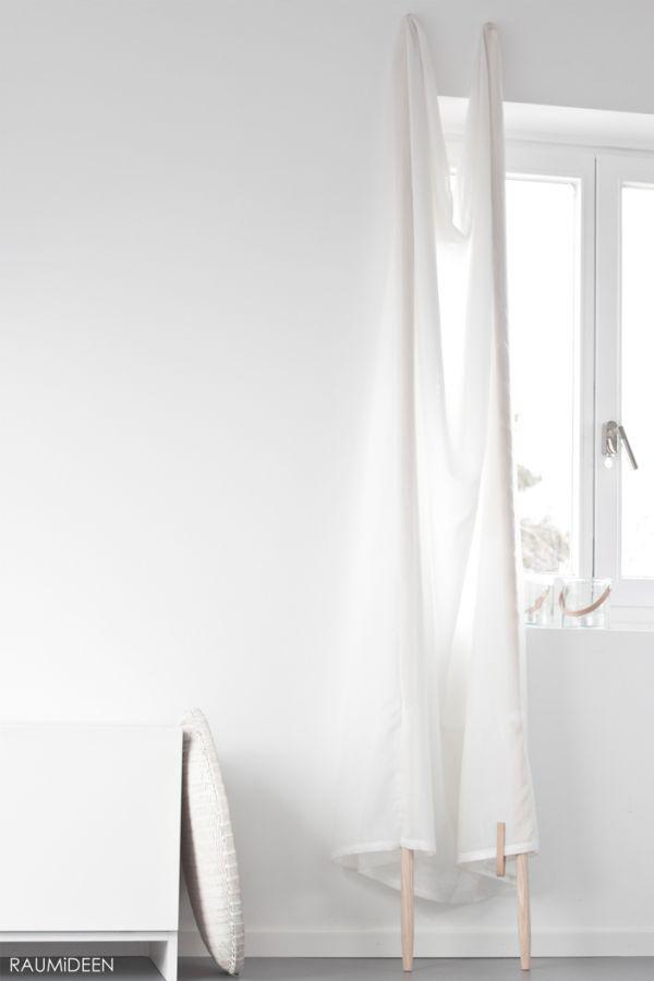 Nicht immer möchte man vor jedem Fenster eine Gardinenschiene schrauben. Hier habe ich eine mobile Lösung. Der Vorhang bietet Schutz vor Sonnenlicht und Einblicken. Außerdem setzt er das Fenster dekorativ in Szene! http://www.ideen-wohnen-garten-leben.blogspot.de/2015/04/dekoidee_14.html