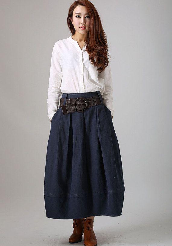 Esta falda plisada de lino azul fue hecha para ocasiones casuales elegantes. La falda maxi a medida te llevará con elegancia de su viaje de compras hasta una cena informal.  La cintura equipada de esta falda de lino es un diseño que favorece a cualquier mujer. En una tela llana, esta falda azul se convertirá en un elemento básico en tu armario. Es ligero y cómodo para usar y un basic que es idea para el desgaste de cada día.  Códigos de cupones para Navidad MOREITEMS - consiga el 5% de…