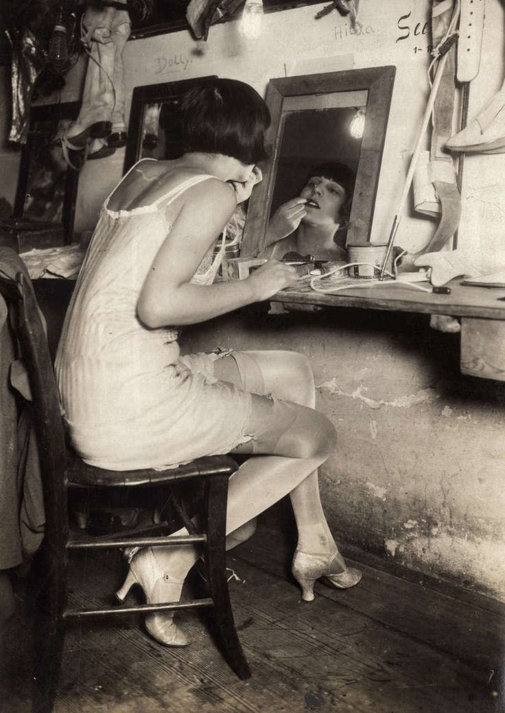 OH MY GOSH!!! I love love love love this picture. Flapper Backstage - 1920's