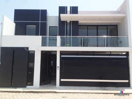 La fachada es la presentación de la casa ante el público que la observa, los estilos de las casas se reflejen en la fachada de ellas; a su vez, esas