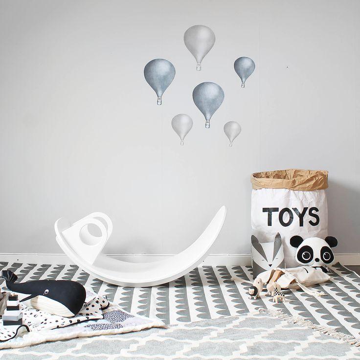 Die Moderne Kinderwippe aus Holz hebt sich durch ihr minimalistisches und zeitloses Design von herkömmlichen Wippen ab und muss sich somit nicht nicht im Kinderzimmer verstecken.