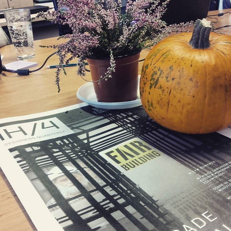 Do naszego jesiennego wrzosu  dołączyła nie mniej jesienna dynia.  Jakie przepisy na dynię  znacie?  #pumpkin #outumn #dynia #dynia  #ogrod #biuro #office #openspace #ih4 #magazyn #design #insta #wogrodzienajlepiej