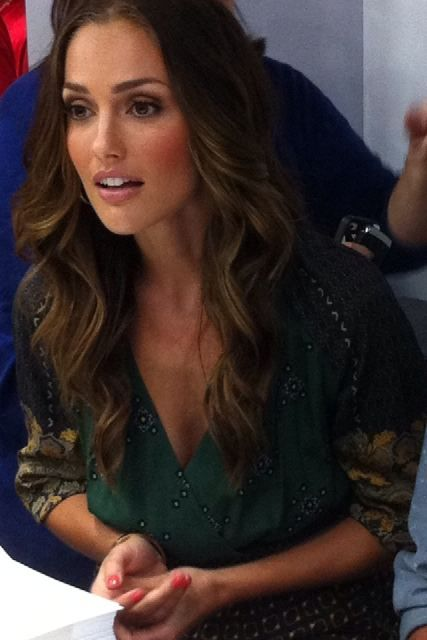 Minka Kelly is gorgeous. Can I just please get my hair and makeup to look that pretty everyday? Guess I need those genes lol