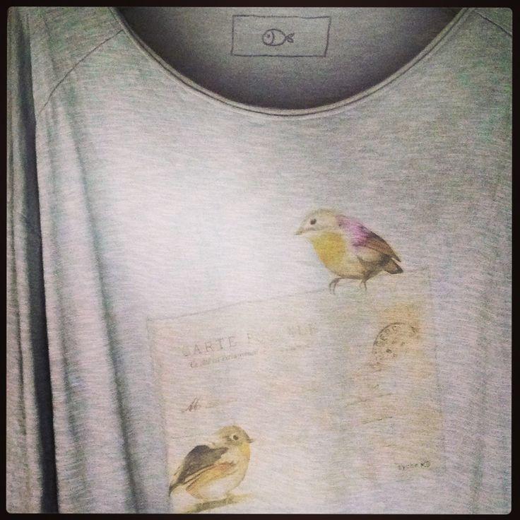 Dettaglio t-shirt stampa cartolina sovratinta