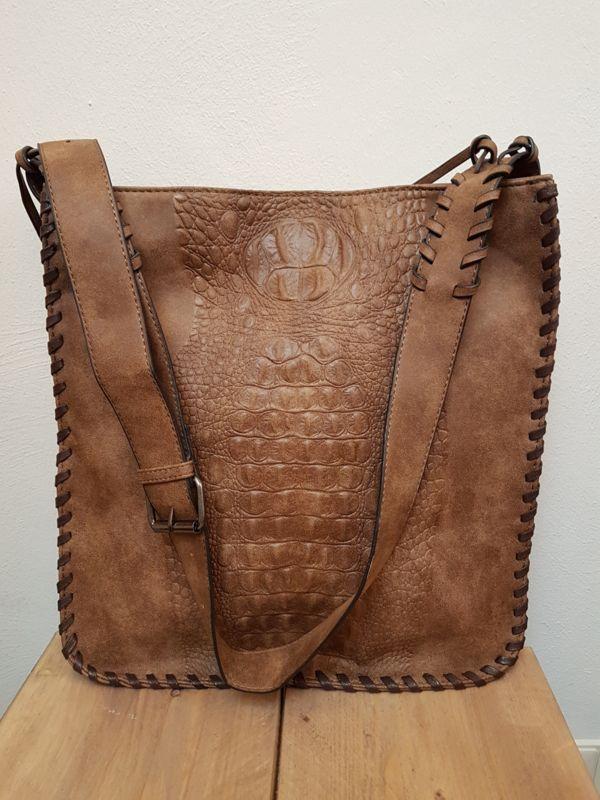 Rechthoekige tas met verstelbaar hengsel met gesp. Verschillende binnenvakken met ritssluiting. afm 35 x 38 cm kleur bruin