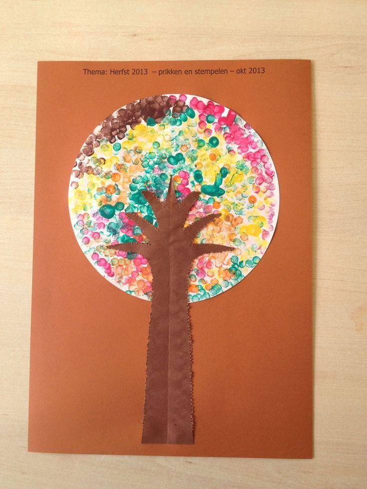 Boom knippen en op cirkel bladeren maken met wattenstaafjes en verf in mooie herfstkleuren.