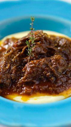 Essa polenta mole com ragu de carne combina perfeitamente com aqueles dias mais frios!