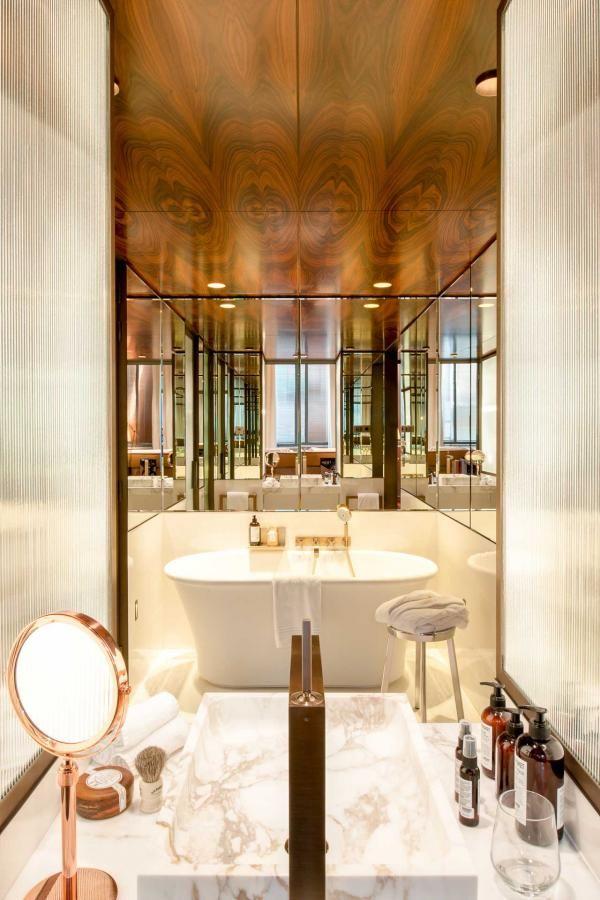 A L Interieur Du Brach Paris La Nouvelle Utopie Hoteliere De Philippe Starck Hotel De Luxe Paris Interieurs Francais Philippe Starck