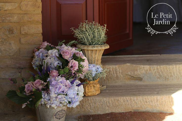 Decorazione all'entrata del ricevimento, con avanda, ortensie, rose Ocean Song, rosmarino.