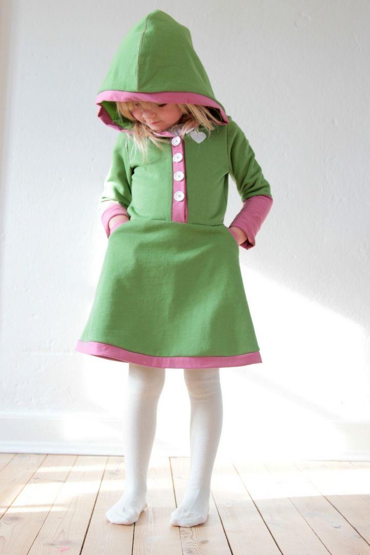 Her kan du se, hvordan du syr LARA kjolen, som har hætte og indvendige lommer.   Mønsteret har jeg designet, og det kan du købe lige...