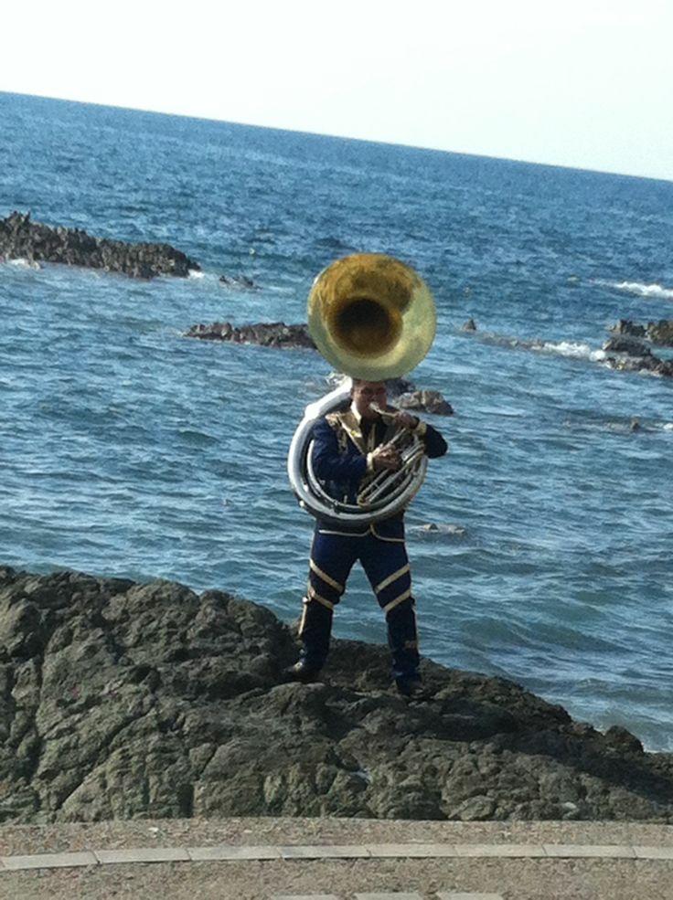 Muchacho con tuba poético/romántico