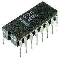El Intel 4004 (i4004), un CPU de 4bits, fue el primer microprocesador en un simple chip, así como el primero disponible comercialmente. Aproximadamente al mismo tiempo, algunos otros diseños de CPU en circuito integrado, tales como el militar F14 CADC de 1970, fueron implementados como chipsets, es decir constelaciones de múltiples chips.