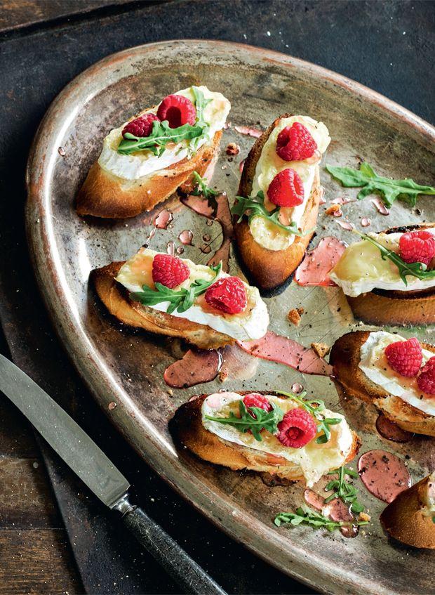 Bruschetta er den klassiske og nemme italienske snack eller forret. Her er den i en skøn sommerlig version med rabarbersirup og friske hindbær.