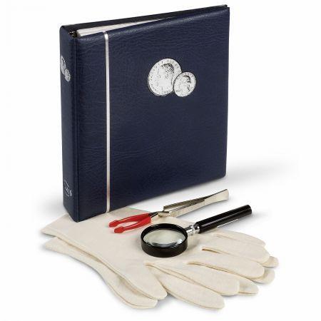 Νομισματικό Άλμπουμ Συλλεκτικών νομισμάτων, 4 κομμάτια  1 άλμπουμ ΝUMIS για συλλογή νομισμάτων, 5 σελίδες για νομίσματα και 5 διαχωριστικά φύλλα. 1 μεγεθυντικός φακός LU1, 4x μεγένθυση, διάμετρος φακού 50mm 1 ζευγάρι γάντια 100% βαμβακερά   Το άλμπουμ διαθέτει έναν πρακτικό σχεδιασμό με 4 δακτυλίους που μπορεί να διευρυνθεί και να χωρέσει μέχρι και 10 σελίδες νομισμάτων ΝUMIS.   Συνολικό μέγεθος: 215 x230x48mm Μέγεθος σελίδων: 193 x217mm