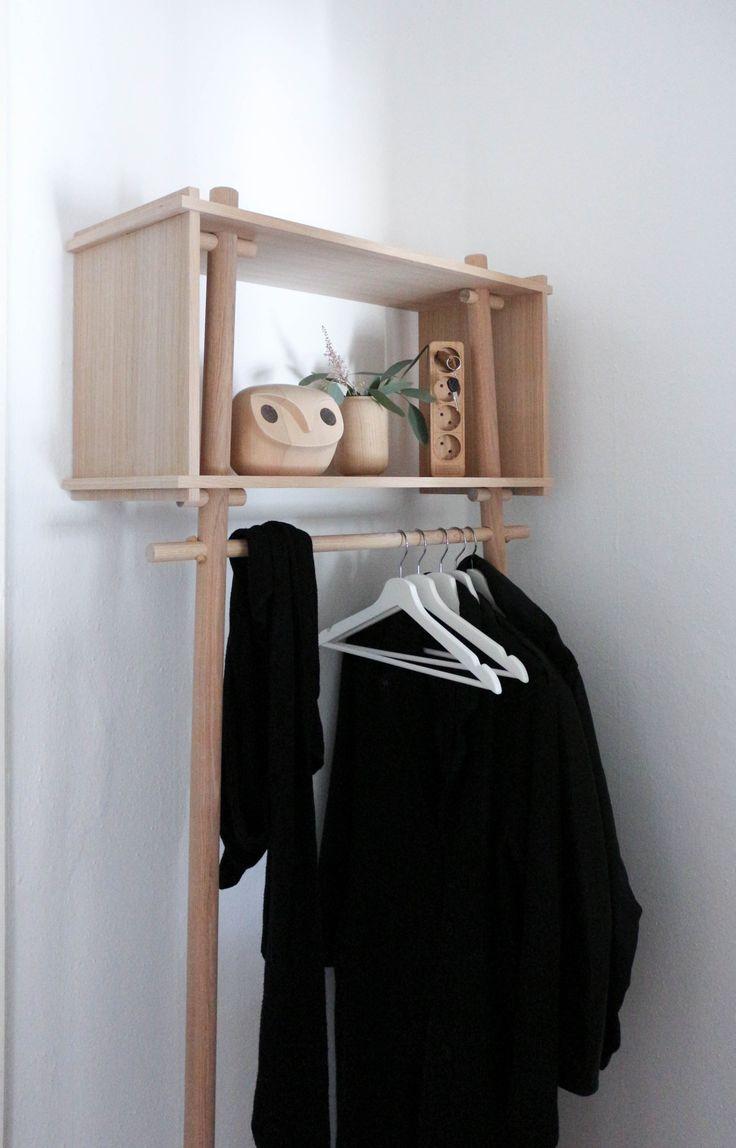 Die Designer des dänischen Studios Made by Michael sagen über sich selbst, dass sie ihre Kunden mit den eigenen Entwürfen überraschen wollen. Mit dem unkonventionellen Design des Kleiderständers TÖJBOX ist ihnen dieses Vorhaben für das das dänische Label Woud auf Anhieb geglückt. - Foto von @mintundmeer
