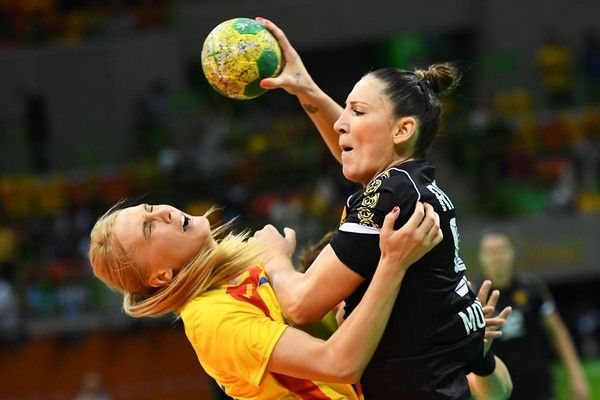Romania's right wing Laura Chiper (L) vies with Montenegro's left back Milena Raicevic during the women's preliminaries Group A handball match Romania vs Montenegro for the Rio 2016 Olympics Games at the Future Arena in Rio on August 10, 2016. / AFP / afp / FRANCK FIFE