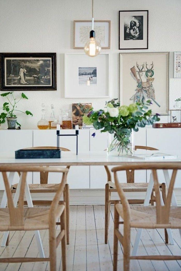 chaises en bois clair, planchers en bois naturel, plantes vertes sur la table