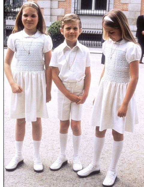 El por aquel entonces Infante Don Felipe recibió la Primera Comunión cuando tenía 7 años, el 30 de mayo -día de San Fernando, como era tradición- de 1975. Se celebró en la más estricta intimidad, en companía de sus padres, sus hermanas, su abuela, la condesa de Barcelona; y las familias de sus tías las infantas doña Pilar y doña Margarita. Sus hermanas, que portaron los cirios blancos durante la ceremonia, lucían unos vestidos iguales de color blanco con detalles bordados en nido de abeja…