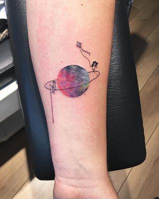 Esses dois que estão muito perto mas longe demais. | 21 tatuagens espaciais que são totalmente de outro mundo