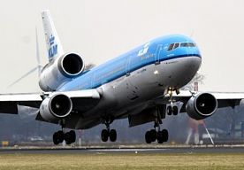 27-Oct-2013 12:05 - SCHIPHOL: VOORALSNOG GEEN VLUCHTEN AANGEPAST. Vluchten van en naar Schiphol verlopen ondanks de harde wind vooralsnog volgens de dienstregeling. Dat laat een woordvoerder van de luchthaven weten.