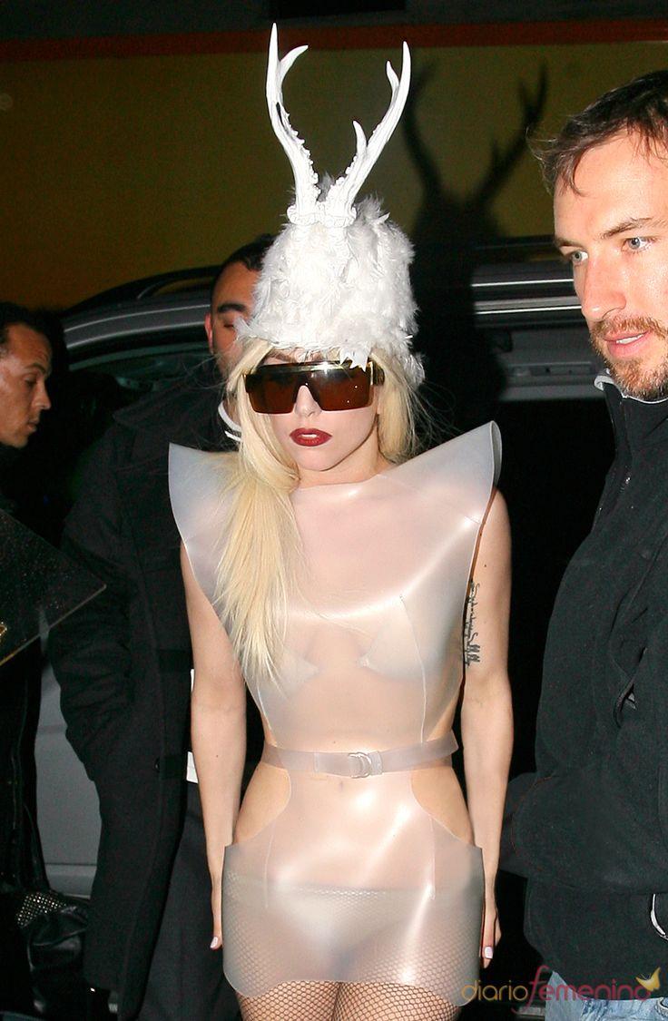 lady gaga   Lady Gaga, con un vestido futurista transparente y un par de cuernos ...