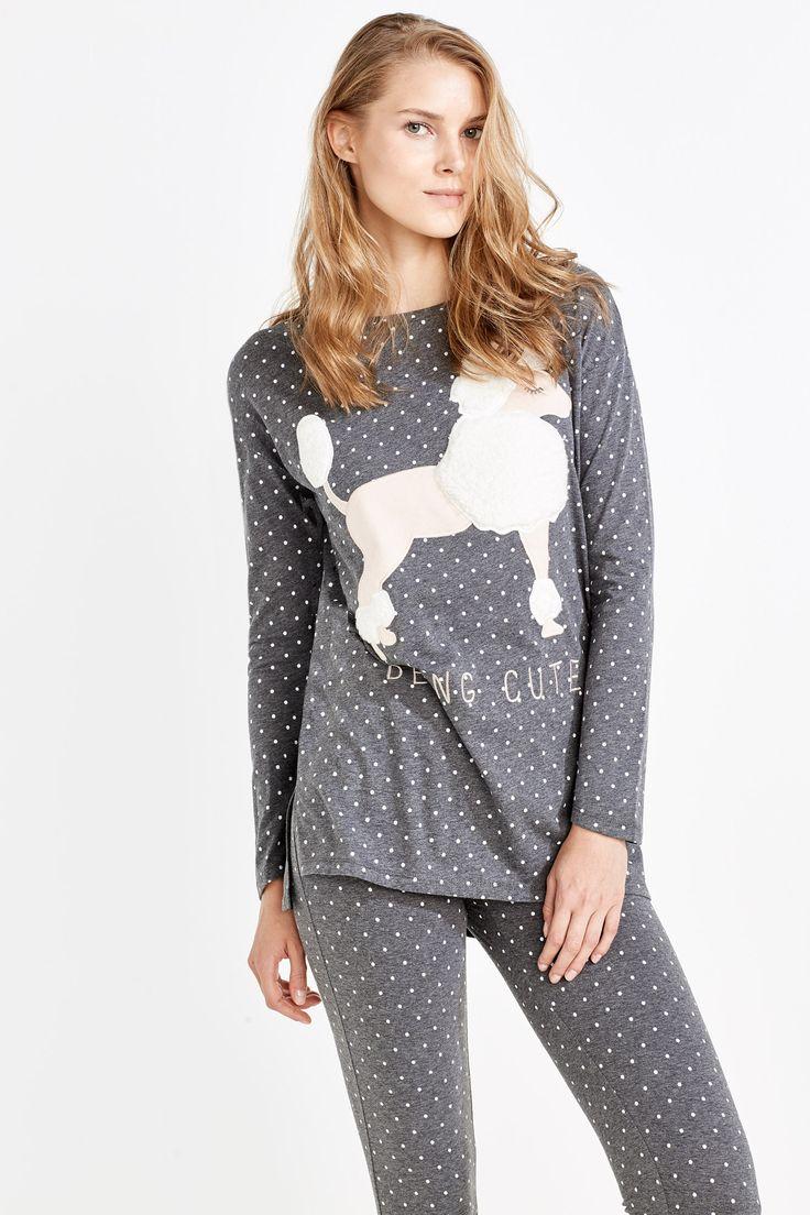 Pijama largo de polar compuesto por camiseta de manga corta con estampado de lunares y perro con texto 'Being cute' y pantalón largo sencillo con cinturilla elástica de goma y estampado de lunares. Para amantes de los animales. | Pijamas largos | Women'secret